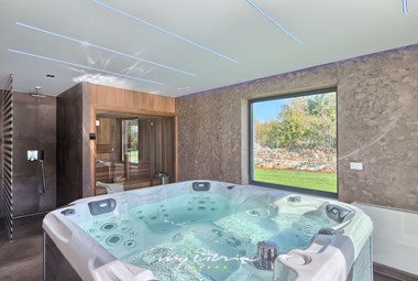 Villa Gianno has an indoor jacuzzi and sauna