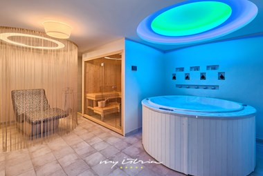 Sauna and hydromassage with lounge area in villa Campi