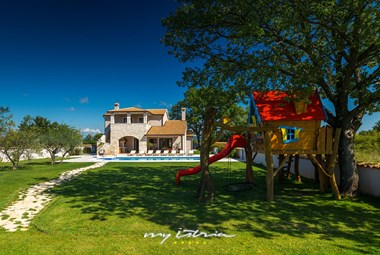 villa Campi has a private Pool and children´s playground