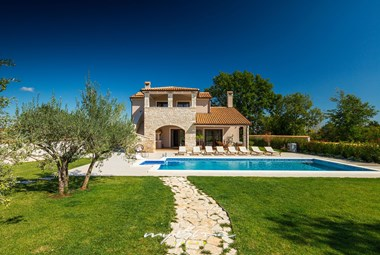 Villa with private pool and carefully tended garden in Pula