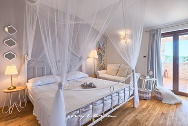 Soft airy bedroom with baldachin bed and balcony doors - Villa Campi