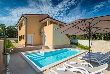 Private swimming pool and sun loungers in Villa Vita
