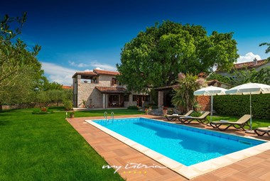 Carefully tended garden with private pool in villa in Porec