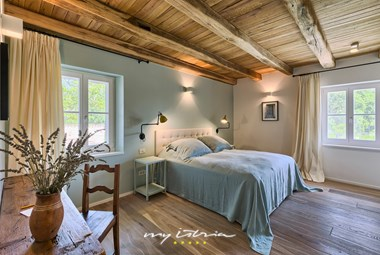 Romantic tastefully decorated bedroom - Villa Catalpa