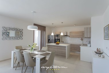 Bright fully equipped kitchen and eating area in villa Mir