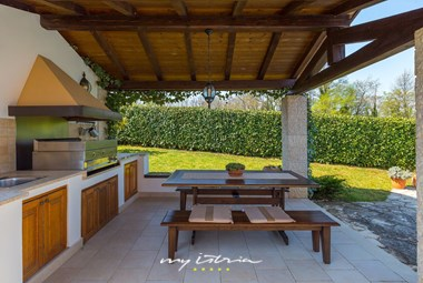 The cosy summer kitchen with al fresco dining area overlooking the pool in our villa in Central Istria