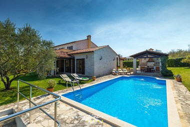 Villa Karojba with private swimming pool and summer kitchen in idyllic nature