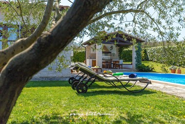 There's plenty of dining, lounging and sunbathing space around the pool in our villa in Motovun