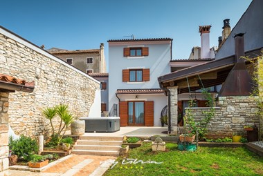 Villa with charming garden, big stone walls and outdoor jacuzzi