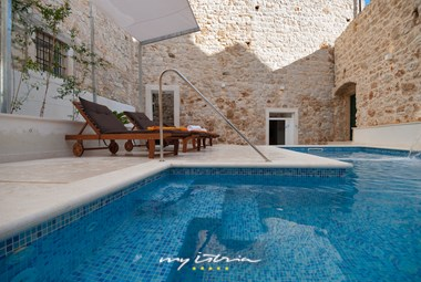 Beautiful inviting pool in Villa Majestic
