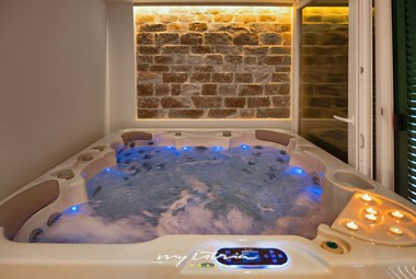 Jacuzzi at your disposal in Villa Majestic