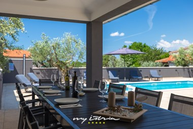 Outdoor dining area near the pool