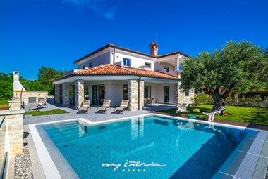 Elegant modern villa with pool 150m from the sea