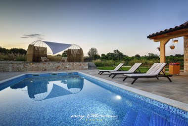Pool and lounge in front of the villa