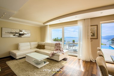 Beautiful and bright living room in Villa Maelynn