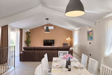 Living- and dining area in the lovely villa with pool