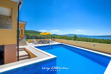 Spacious pool with beautiful view in front of the villa