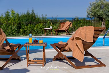 Sun loungers next to the pool in Villa Figlica