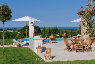 Enjoy your holidays on the beautiful pool of villa Figlica