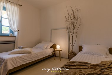 Bedroom with two single beds in the villa