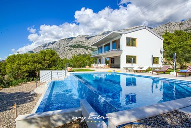 Beautiful villa with pool near Makarska