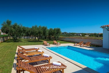 In villa Pomer there are 8 sun loungers at your disposal