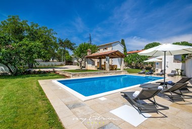 Soak up the sun by the villa´s pool