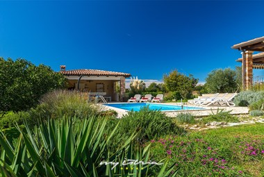 Beautiful tended garden and pool in front of Villa Pianta