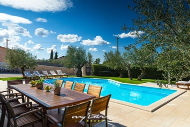 Lovely private pool and dinning table in from of the villa