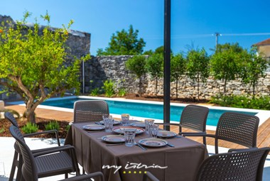 Dine al fresco on the villa´s covered terrace
