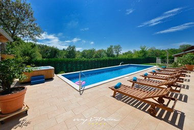 Enjoy the refreshing private pool and outdoor jacuzzi in Villa Baladur