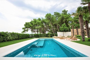 The fabulous private pool with hydromassage in Villa Richi is surrounded by a carefully tended garden