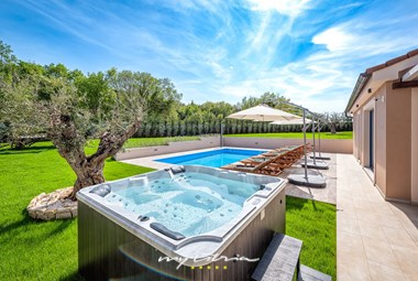 An outdoor jacuzzi at your disposal in Villa Mali Vareski