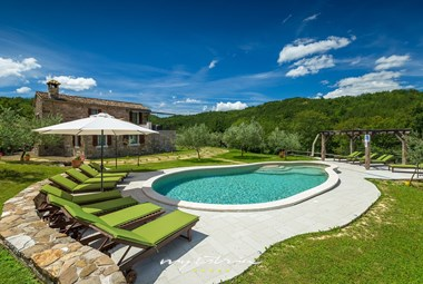 Private pool surrounded by nature in Villa Maccaroni