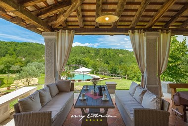 Covered lounge area with panoramic view of the pool and nature in Central Istria
