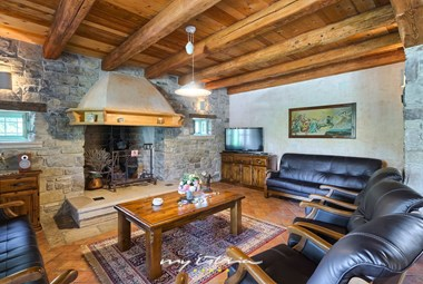 Traditional living room with fireplace in Villa Maccaroni