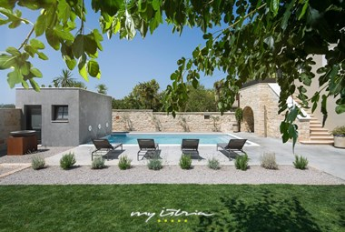 Villa Covri offers a carefully tendend garden with mediterranean plants and a private pool