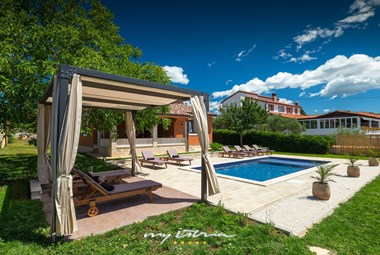The sun loungers and private pool are waiting for you! - Villa Maria Betiga