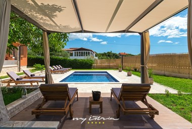 Covered area with sun loungers with pool view - Villa Maria Betiga
