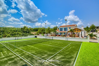 Exclusive Villa Mek with pool and tennis court