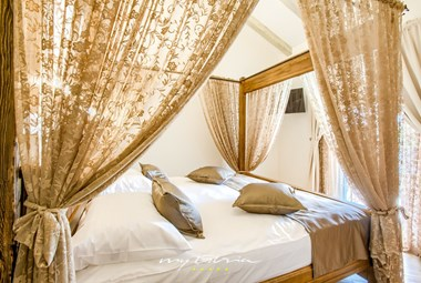 Luxurious double bedroom with baldaquin in the amazing Villa Mek
