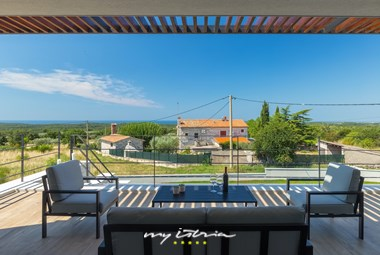 Enjoy your afternoons on the upper terrace with view of the surroundings in Villa Gabi