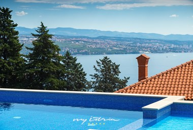 The vila has a pool with view of the sea