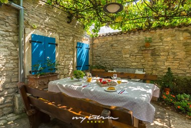 Charming covered outdoor dining area - Villa Edi