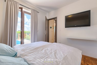 Bright comfy bedroom with TV and balcony doors - Villa Joy