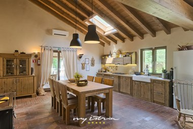 Beautiful kitchen and dining area in Villa Birds House