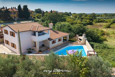 The villa is located only 1 km from the sea