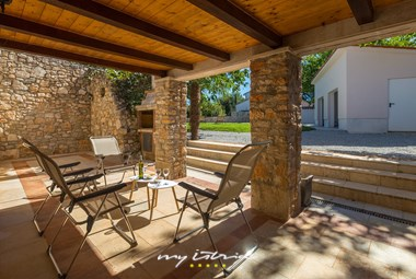 Outdoor dining area with grill in our villa in Istria