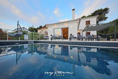 Villa with private pool near the sea