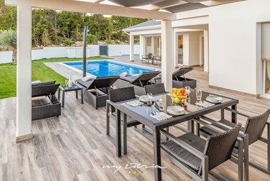 Covered outdoor dining area  with view over the pool - Villa La Vita